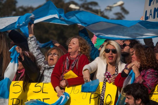 """Seguidoras del presidente llevan su mensaje: """"Sí, se puede"""" Fotografía: Télam"""