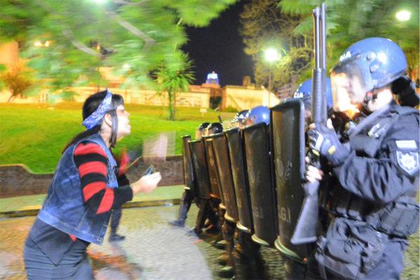 Télam, 10/10/2016 Rosario - Graves incidentes con heridos, se produjeron a noche frente a la Catedral, cuando la policía reprimió con balas de goma y gases lacrimógenos a un grupo de manifestantes que participaba de la marcha por el XXXI Encuentro Nacional de Mujeres. Foto: Laura Cano